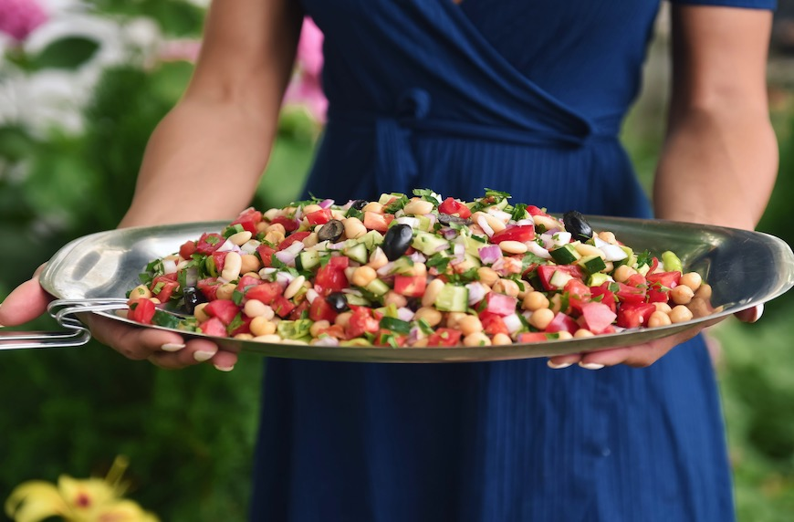 Медитерианска салата с боб и нахут