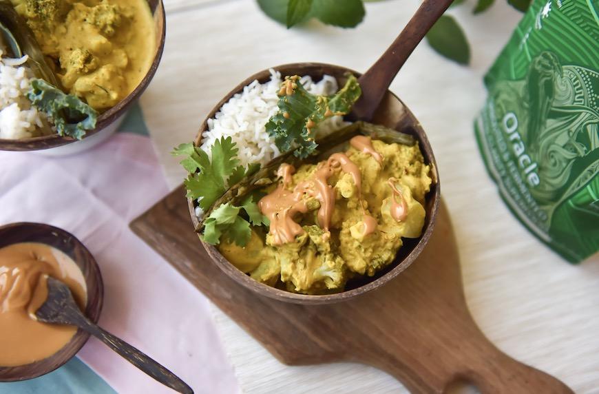 Високопротеиново къри с броколи, аспержи, кейл и кориандър