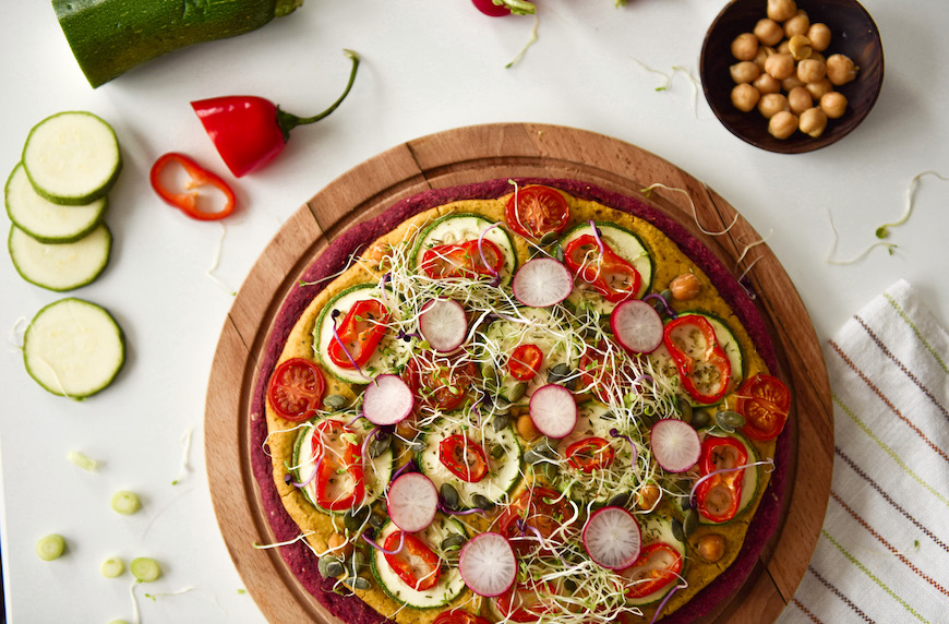 Пица с тесто от червено цвекло с нахутен крем, зеленчуци и кълнове